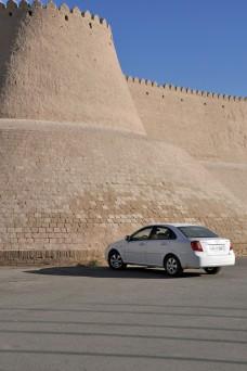 Chevrolet Lacetti an der Stadtmauer von Buchara
